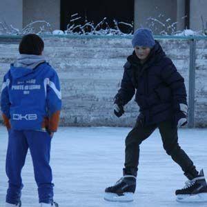 Bambini felici che pattinano sulla pista di pattinaggio di Deliv Rent
