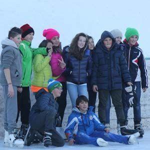 Gruppo di ragazzi sulla pista di pattinaggio di Deliv Rent